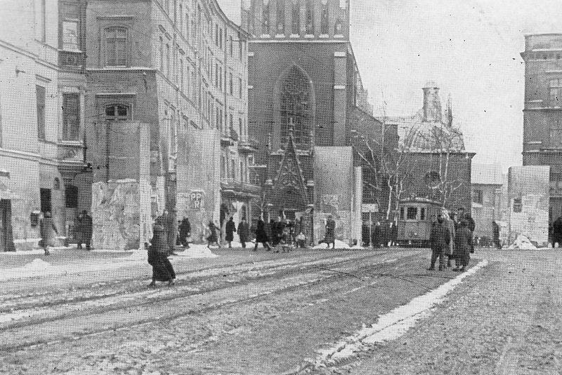 Betonowe wieże postawione przez Niemców - w tle widoczny tramwaj SN1