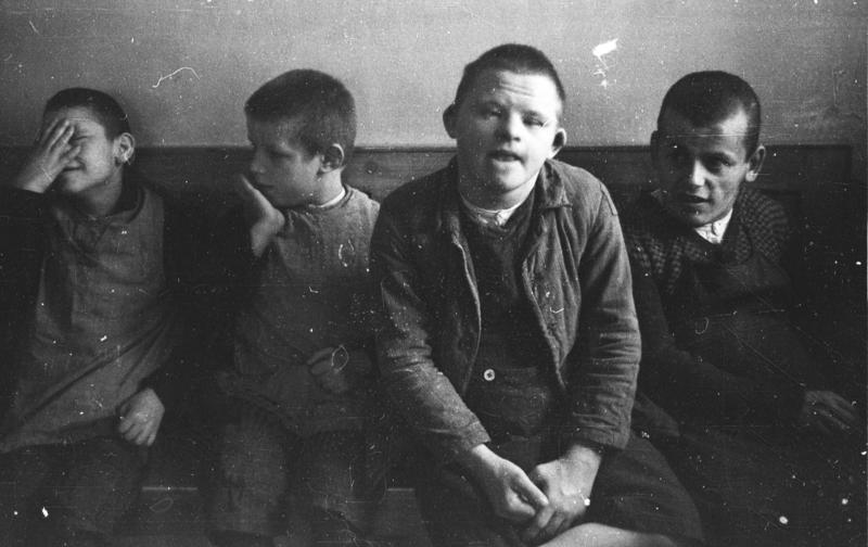 Chore psychicznie dzieci ze Szpitala psychiatrycznego Schönbrunn. Fotografia wykonana w 1934