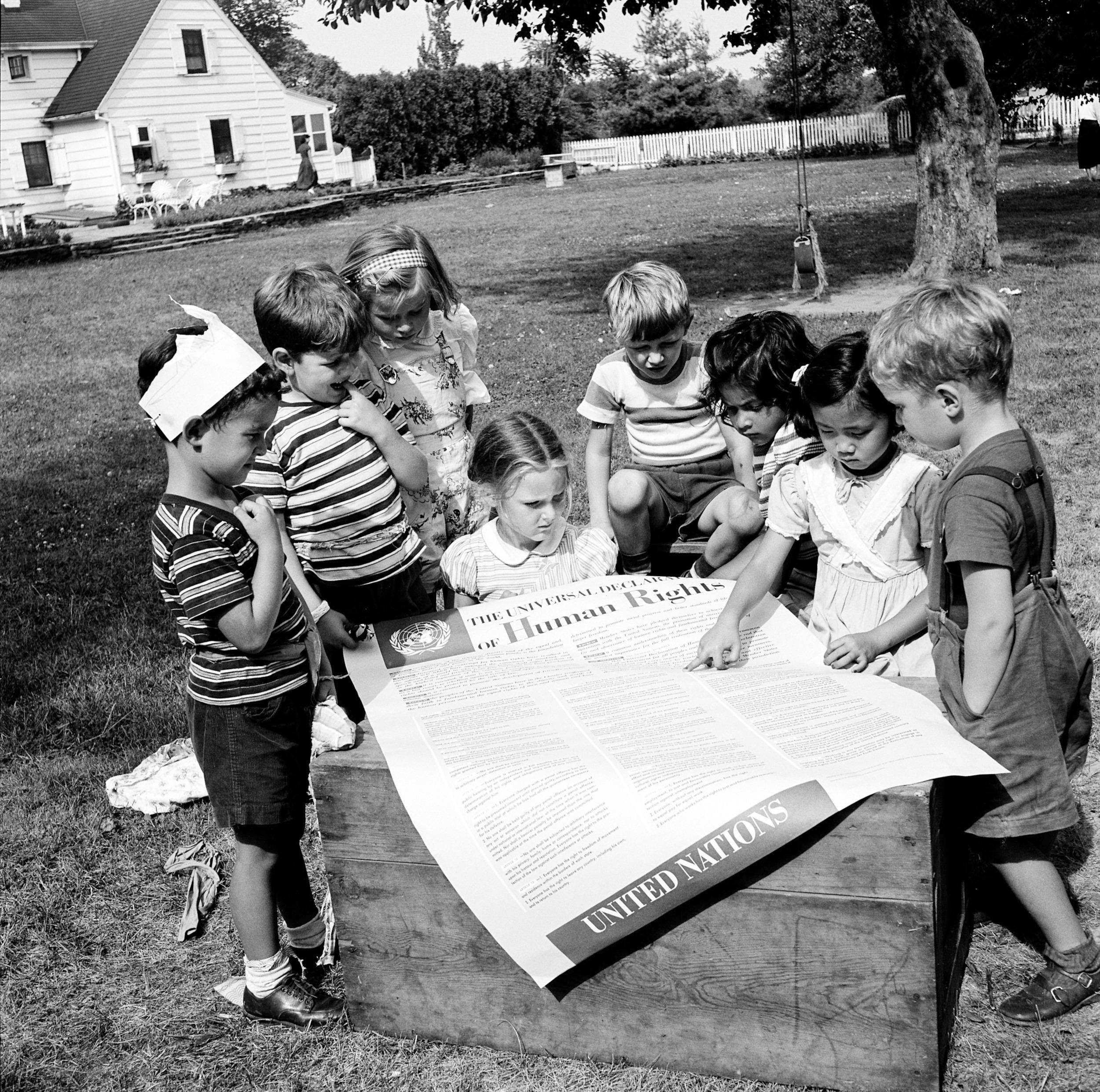 Dzieci trzymające wydruk Powszechnej Deklaracji Praw Człowieka