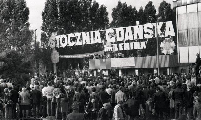 Mieszkańcy Gdańska przed bramą nr 2 Stocznią w sierpniu 1980