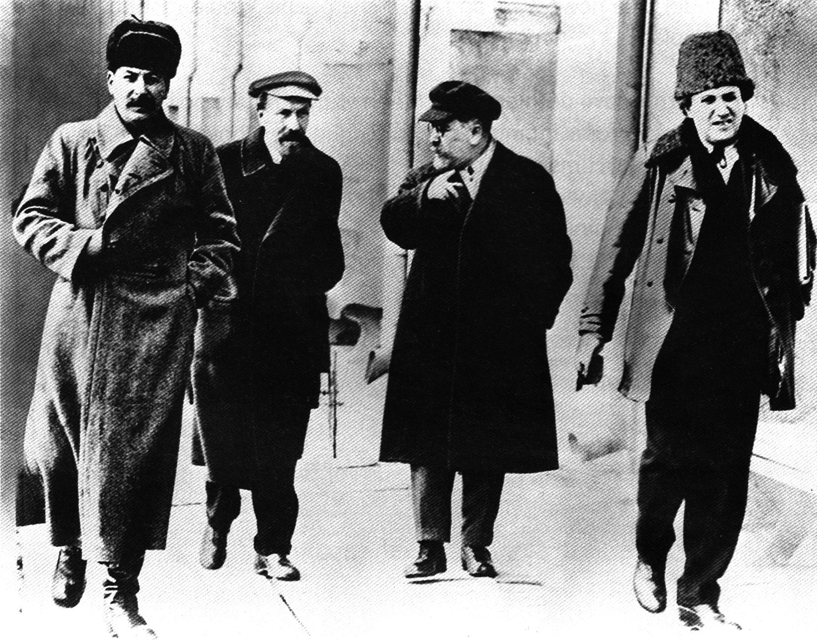 Idący Stalin, Rykow, Kamieniew i Zinowjew.