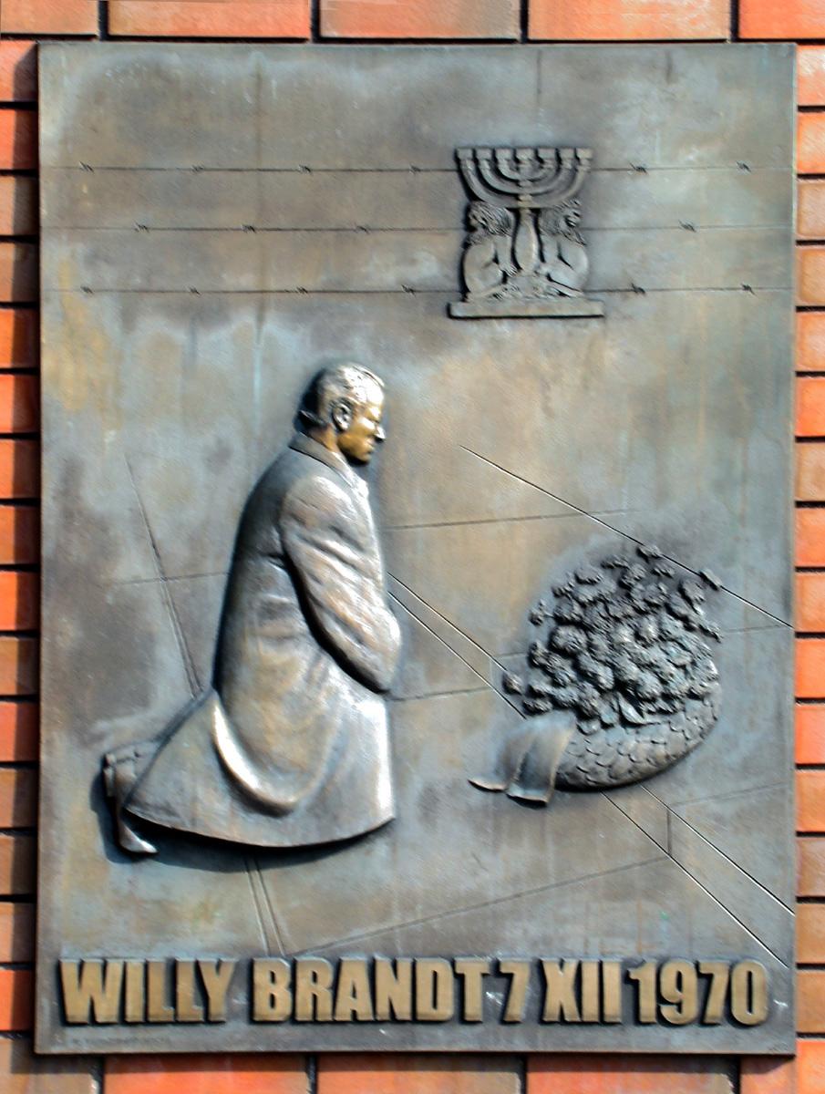 Tablica na pomniku Willy'ego Brandta przedstawiająca historyczny gest niemieckiego kanclerza